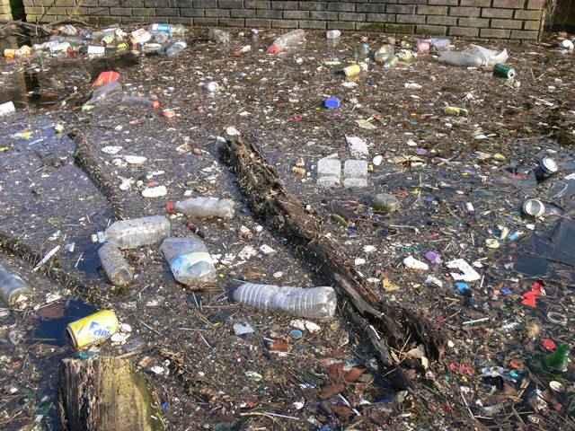 Agua contaminada con basura